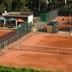 Le Tennis Club de Quehan posséde de nombreux terrains en terre battue